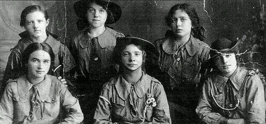Lilly McAlerney (front row, center) with other female members of James Connolly's Irish Citizen's Army. (Photo: Melissa McAlerney / Pinterest)