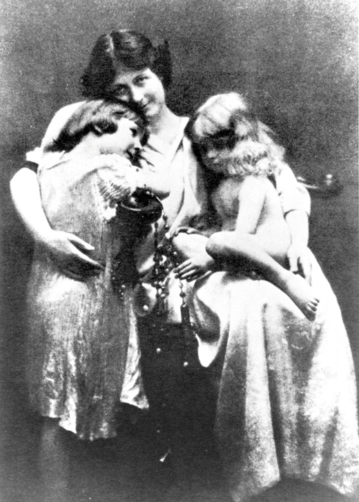 <em>Duncan with her children Deirdre and Patrick in 1913.</em>