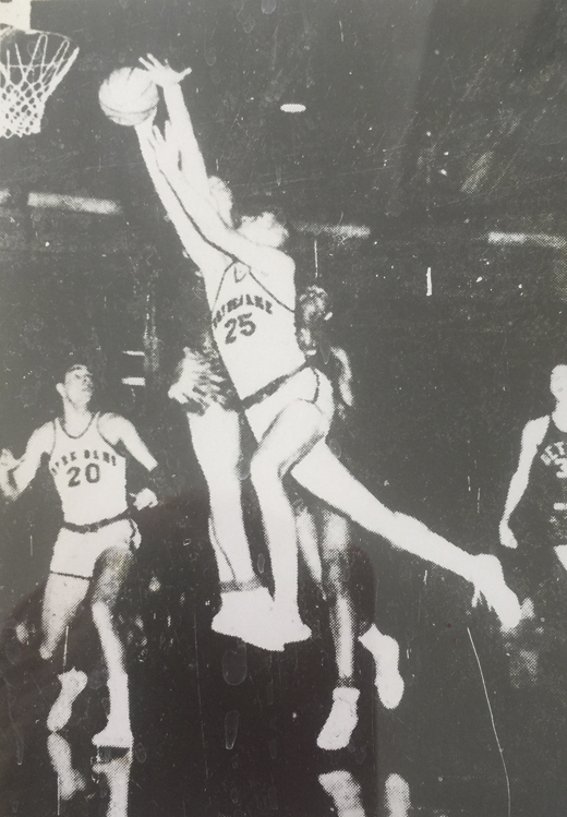 <em>John Dearie drives around Dave DeBusschere for a Notre Dame basket. January 10, 1960. (Detroit Free Press).</em>